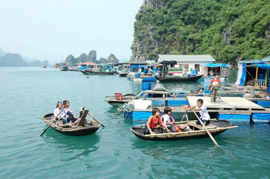 thing-to-do-in-halong-bay-floating-village