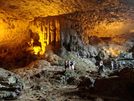 thing-to-do-in-halong-bay-exploring-caves