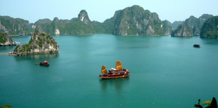 halong-bay-cruising